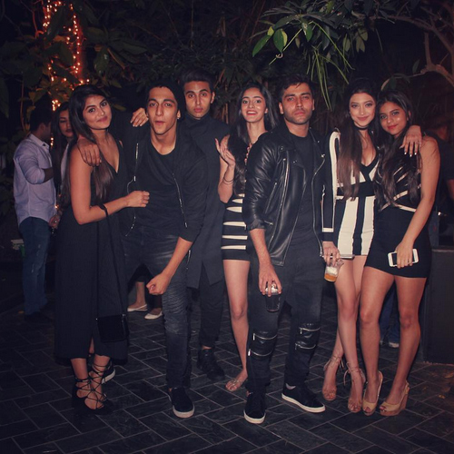 SRK's daughter Suhana Khan parties hard with friends, srk`s daughter suhana khan parties hard with friends,  suhana khan`s new year party,  suhana khan,  bollywood news,  bollywood gossip,  ifairer