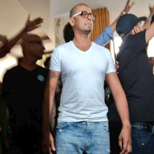 OMG! Sonu Nigam shaves off his head