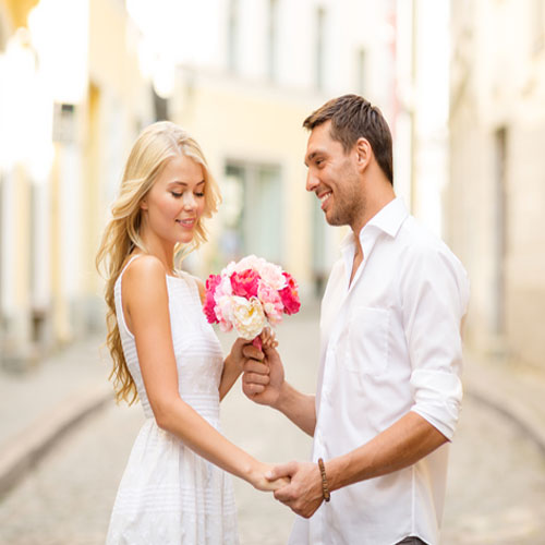 5 Body Language Love Signals You Cant Ignore, 5 body language love signals you cant ignore, directing the upper body, raised eyebrows, leaning in, pointed feet and hands, looks at your lips,  relationship,  love and romance,  ifairer,  love signals,  body language signals,  couples