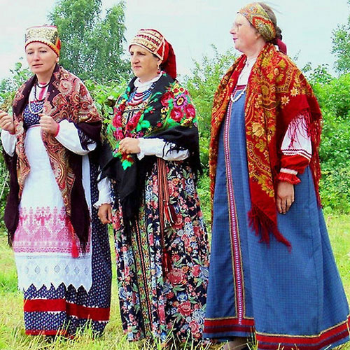 5 traditional outfits around the world russia 3 15338 3 - Traditional Outfits Around The World