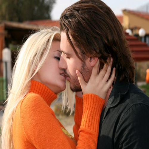 A 10 Seconds Kiss Transfers Bacteria, kiss,  kiss study,  study on kiss,  how to kiss,  health tips,  bacteria,  ifairer
