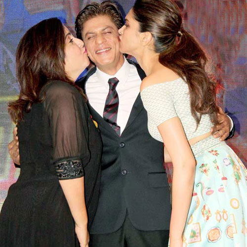 Deepika and Farah  kiss Shahrukh , deepika and farah  kiss shahrukh,  deepika padukone,  farah khan kiss shahrukh khan at sharabi launch,  deepika padukone,  shahrukh khan,  farah khan,  happy news year,  bollywood news,  bollywood gossip,  latest bollywood updates,  ifairer