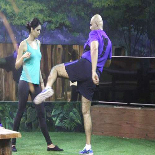Puneet makes Karishma bleed, puneet makes karishma bleed,  puneet issar makes karishma tanna bleed,  karishma tanna,  puneet issar,  bigg boss 8,  bigg boss 8 upcoming episode news,  tv gossip,  tv serial latest updates,  ifairer