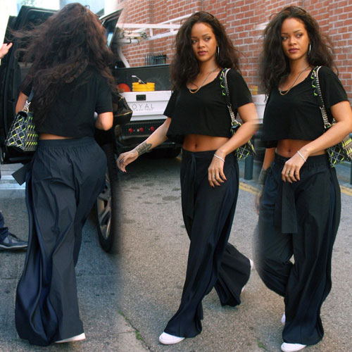Rihanna's killer abs in crop top, rihanna killer abs in crop top,  hollywood news,  hollywood gossips,  latest news,  rihanna